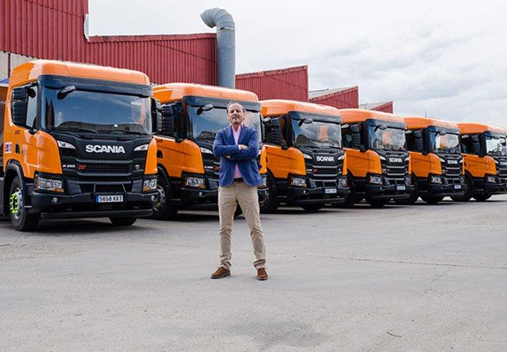 Hombre y nuevos camiones Scania adquiridos por Grupo MAT