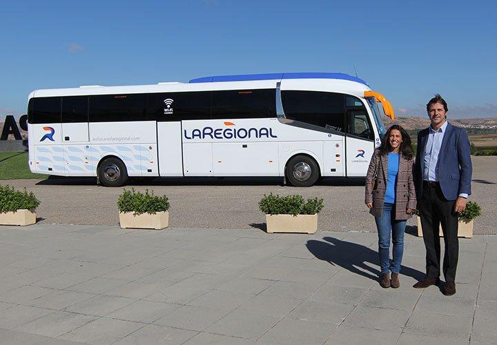 Autobús La Regional con dos personas