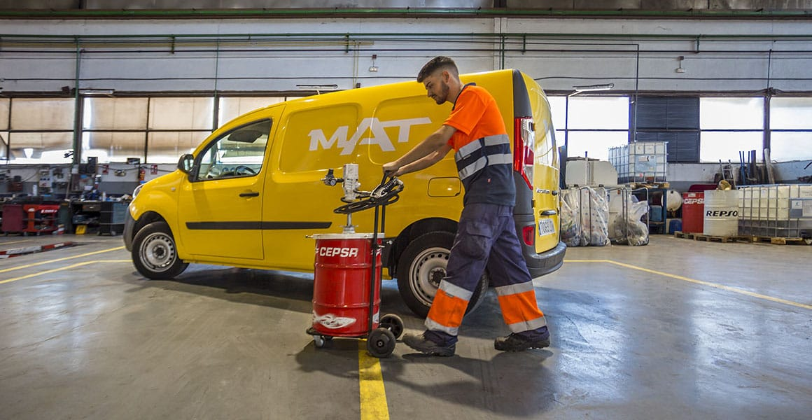 Trabajador de Grupo MAT realizando servicio de mantenimiento de flota