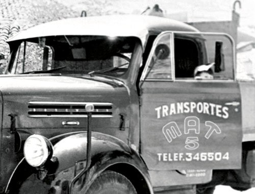 Camión volquete para cargar áridos